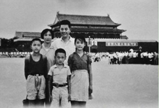 上个世纪60年代末,李鹏夫妇与儿女们在天安门广场。