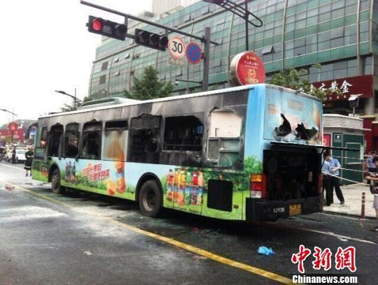 图为燃烧的公交车近景。 江耘 摄