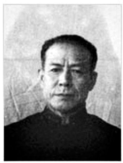 佐佐真之助 1893年出生于日本福冈县。1932年9月到中国参加侵华战争,任关东军第10师团步兵第63联队第3大队少佐大队长,1945年7月任关东军第3方面军第39师中将师团长。1945年8月23日被苏军逮捕。