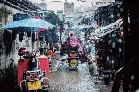 2014年05月19日,广东省惠州市,暴雨后的棚户区一片狼藉,突如其来的大暴雨让一些出租屋的租客们措手不及。