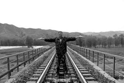 卢伟向记者演示事发时他打出手势:先伸开双臂,与地面平行,然后举过头顶并拢,提示火车前面有紧急情况