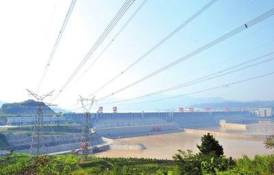 7月26日在湖北省宜昌市夷陵区拍摄的三峡大坝及三峡右岸电站外送输电线路。 新华社发