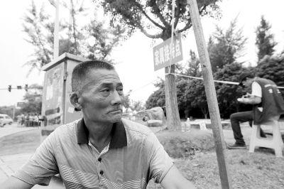 襄城县薛老汉的儿子正在重症监护室接受治疗,他无法与儿子见面,只能在儿子曾工作的工厂外无助地坐着。