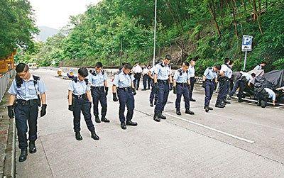 警员在常乐街地毯式搜索铅弹。来源:香港《文汇报》