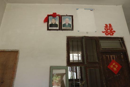 屋里挂着去世父母的遗像