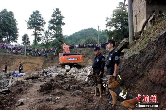 8月27日晚贵州福泉发生山体滑坡,搜救工作第一时间展开。图为救援现场。中新社发 钟欣 摄
