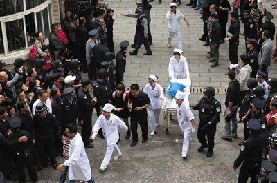 昨日,救护人员撤离昆明市明通小学。当日,该所小学发生踩踏事故,6人死亡。图/CFP
