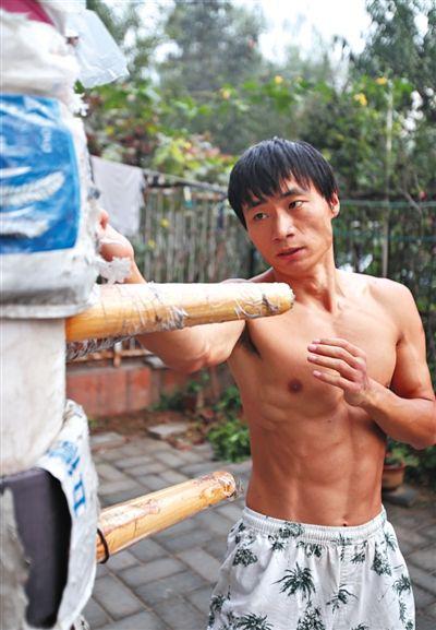 马连华在练习武术。