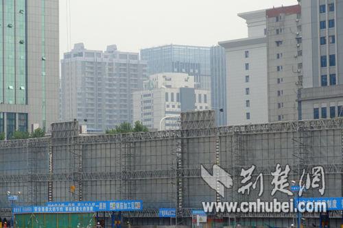 """武汉一工地围墙""""身价""""逾百万能降噪防尘成样板"""