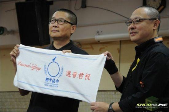 资料图:占中两名发起人陈健民(左)、戴耀廷宣布返校教课,事务交棒学生。