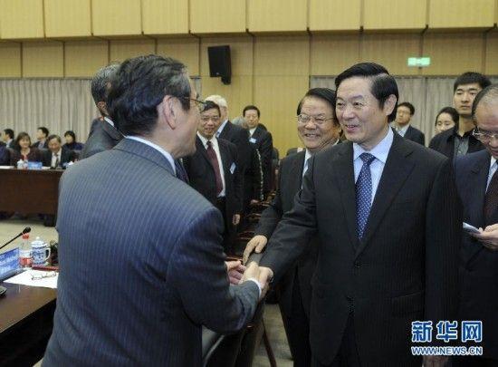 """10月29日,中共中央政治局委员、中央书记处书记、中宣部部长刘奇葆在北京出席""""汉学与当代中国""""座谈会。这是座谈会前,刘奇葆与汉学家代表握手。新华社记者 张铎 摄"""