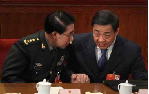 图:2012年3月,当时同为十七届中央政治局委员的薄熙来和徐才厚总是在主席台紧邻落座