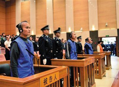 """被告人在法庭上。昨日,云南省高级人民法院二审公开开庭审理昆明火车站""""3·01""""严重暴力恐怖犯罪案件。"""