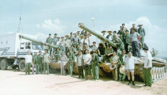 99式坦克参试人员与坦克合影