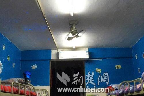 室内照明灯下的寝室