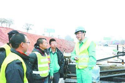 曾连续13天吃住在工地的高级工程师张建(右一)。光明日报记者 夏欣摄