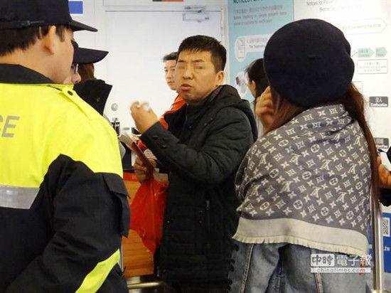 台湾桃园国际机场第1期航厦出境的海关及退税柜台前,因为排队问题,年轻女子(右)出声骂人,来自山西的中年男子(中)以为该女在骂他,回头对女子动粗。《中时电子报》