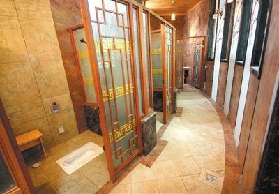 2008年4月27日,杭州环北公园内的首个五星级公共厕所开放。图/CFP