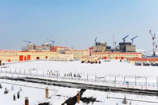 时隔26个月,中国终于再有新核电项目获准开工。据多家财经媒体报道,今年2月17日,辽宁红沿河核电站5、6号机组正式在国务院办公厅会议上获得核准,走完了政府核准层面所有的程序。自从2011年日本福岛核事故以来,中国政府一度暂停了新核电项目审批,直到2012年12月才核准田湾核电二期工程,此后再无新项目获批。不过去年下半年以来,李克强总理多次提及沿海核电的恢复。业内人士认为,红沿河之后,使用我国自主3代核电技术华龙一号的福建福清5、6号机组也将在近期获批开工。   时隔26个月重启核电   据证券时报报