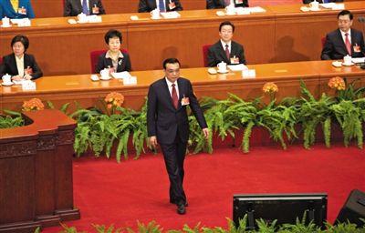 昨日上午,国务院总理李克强作政府工作报告前,走到台前向代表委员及主席台鞠躬致意。 新京报记者 陈杰 摄