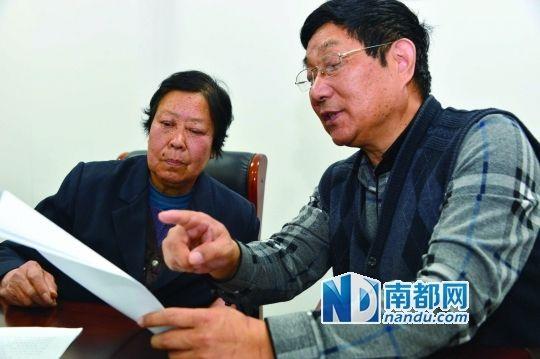 3月17日,在山东省初级公民法院,聂树斌案子署理律师陈光武与聂树斌母亲张焕枝在攀谈。