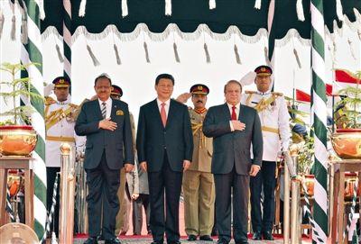 昨日,国家主席习近平乘专机抵达巴基斯坦,巴总统侯赛因和总理谢里夫在机场举行隆重欢迎仪式。