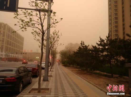 4月15日,北京市气象台16时20分发布沙尘蓝色预警信号,受上游强沙尘暴影响,北京市有较严重的沙尘天气,能见度明显下降。中新网记者 陈海峰 摄