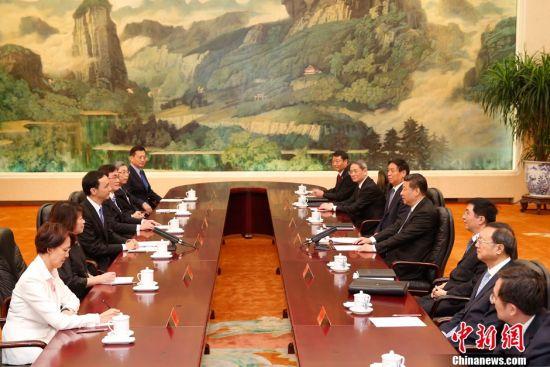 据悉,朱立伦于2日抵达上海,并于3日在上海出席第十届两岸经贸文化论坛后,率中国国民党大陆访问团来京。中新社发 盛佳鹏 摄