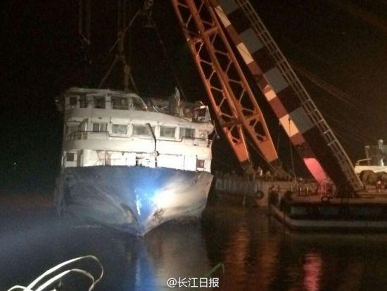 东方之星船体发生倾斜。长江日报