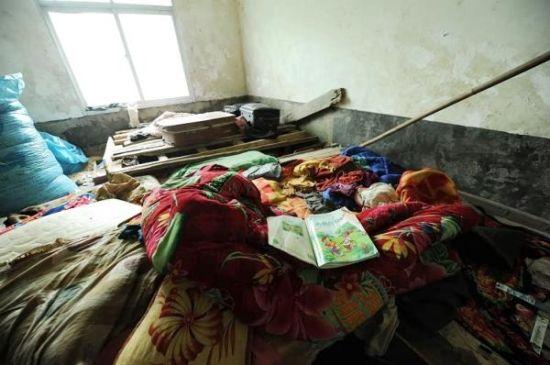 贵州毕节服农药死亡的四个孩子家中,课本还摊在床上。