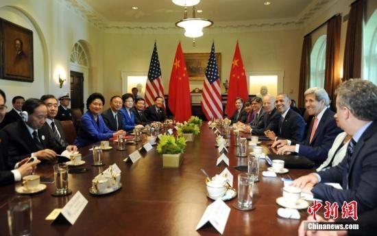 美国总统奥巴马当地时间24日下午在白宫会见出席新一轮中美战略与经济对话、人文交流高层磋商的中国代表团主要成员。图为中国国务院副总理刘延东、副总理汪洋、国务委员杨洁篪,与美国副总统拜登、国务卿克里、财长雅各布·卢等在座。 中新社发 张蔚然 摄
