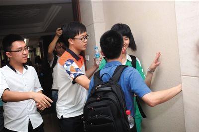 6月25日,广州执信中学,清华北大招生老师争相与高考全省理科前十的叶彤商谈录取问题,一度将她逼到墙角。图/CFP