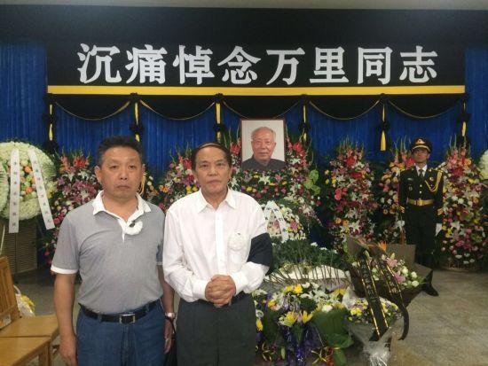 万里长子万伯翱(右)与吴欢在吊唁万里现场