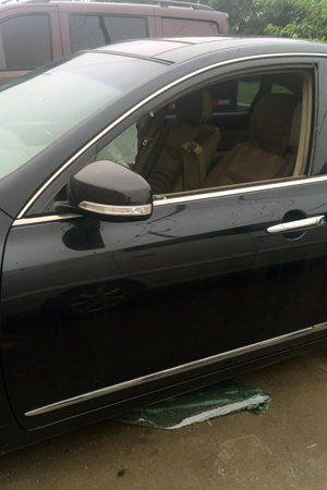 被砸车辆之一,驾驶室玻璃被砸毁.