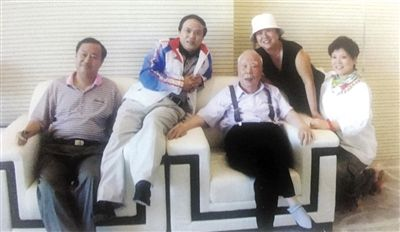 2008年,万里和家人在一起。万伯翱 供图