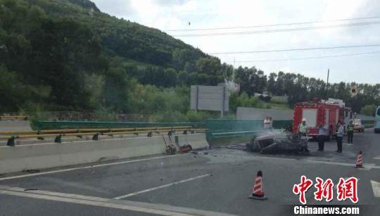 黑龙江哈牧高速一辆轿车撞隔离带后起火致5人死亡 网友提供 摄