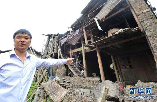 周宁县礼门乡芹源村支部书记张树炉在介绍8月8日晚救出张纪扣老人后他家土坯墙倒塌的情景(8月11日摄)。