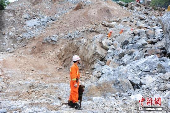 12日0时30分许,陕西省山阳县中村镇碾沟村附近山体发生滑坡。截至目前,此次山体滑坡塌方面积9.6万平方米,塌方堆积230万方,已有14人获救,仍有64人失踪。目前,救援工作仍在紧张有序的进行中,救援队携带搜救犬和生命探测仪在现场搜救。 王世华 摄