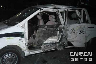 呼和浩特公交车被劫持连撞20余辆汽车(组图)