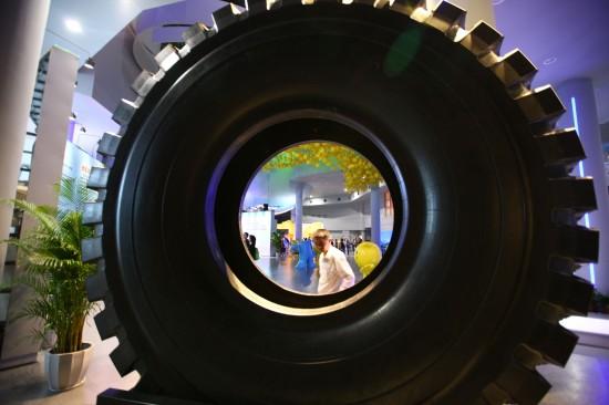 组图:直径3.6米巨型轮胎亮相世博会