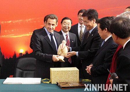 图文:法国总统萨科齐接受仕女俑复制品