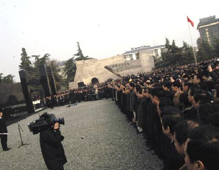 图文:悼念现场的群众