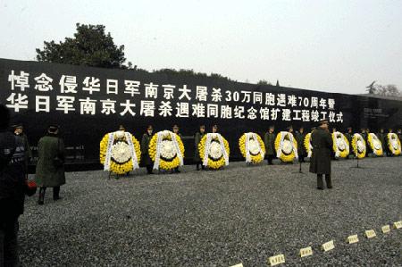 图文:悼念仪式现场的花圈