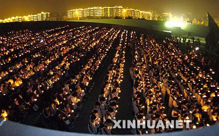 图文:青少年在参加烛光祭