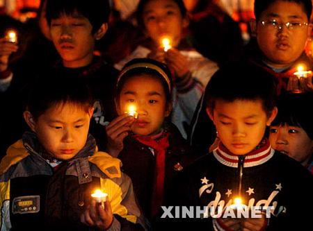 图文:参加烛光祭的青少年
