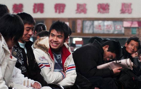 图文:旅客在银川汽车站候车大厅等车