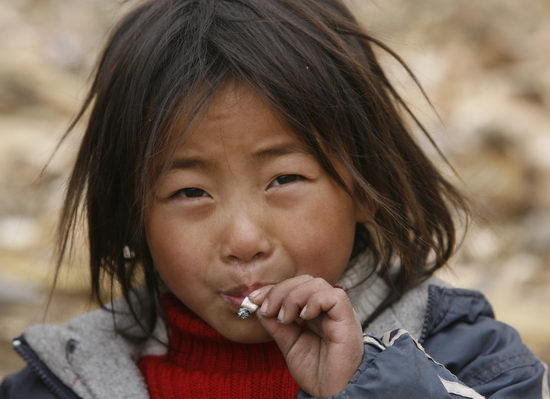 图文:一个5岁的彝族女孩吸烟