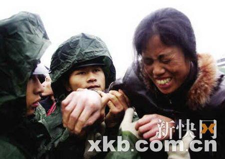 图文:三名警察搀扶旅客送至火车站广场