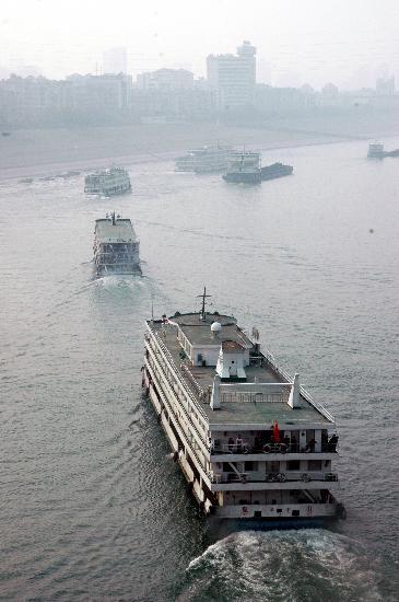 图文:葛洲坝开启三个闸室应对客运高峰