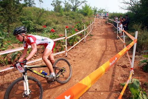 名外国运动员在山地自行车的赛道上艰难骑行-老山山地自行车赛图片